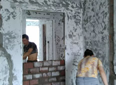 馨光华庭泥工杨师傅开始补烂砌墙了