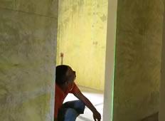 木工张师傅正在提前用红外线检测门窗尺寸大小是否正常