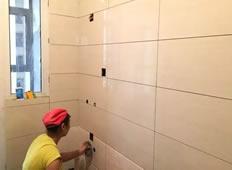 建设派唐先生家 泥工陈建平贴砖正在施工中