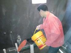 天府逸家装修现场,张红亮师傅在灌水检测。