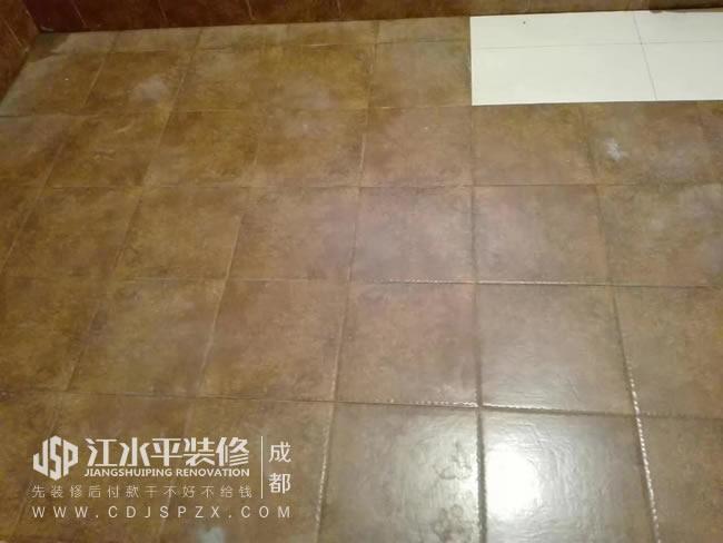 皇冠国际(龙泉),泥工张发旭师傅贴砖中。