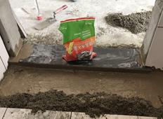 成都塔子山公园,过门石刷堵漏剂施工中