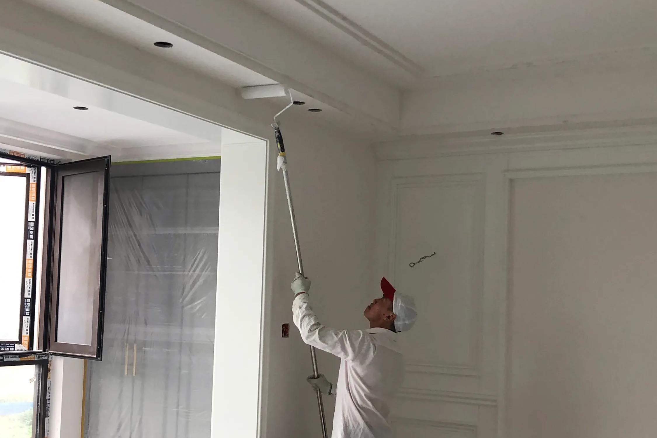 金沙城,师傅正在刷乳胶漆底漆