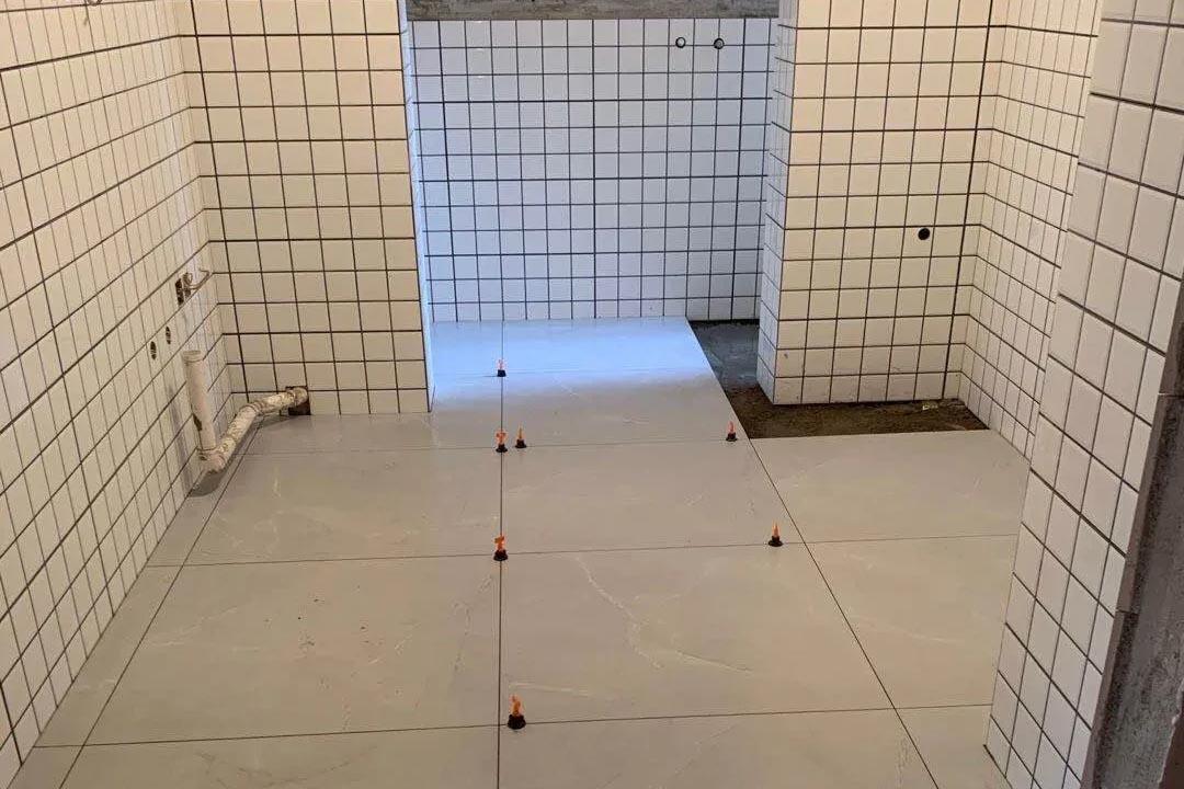 九龙仓时代府邸,厨卫贴砖施工现场