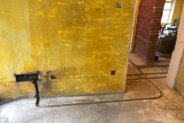 成都装修工地保利玫瑰花语,水电开槽施工现场