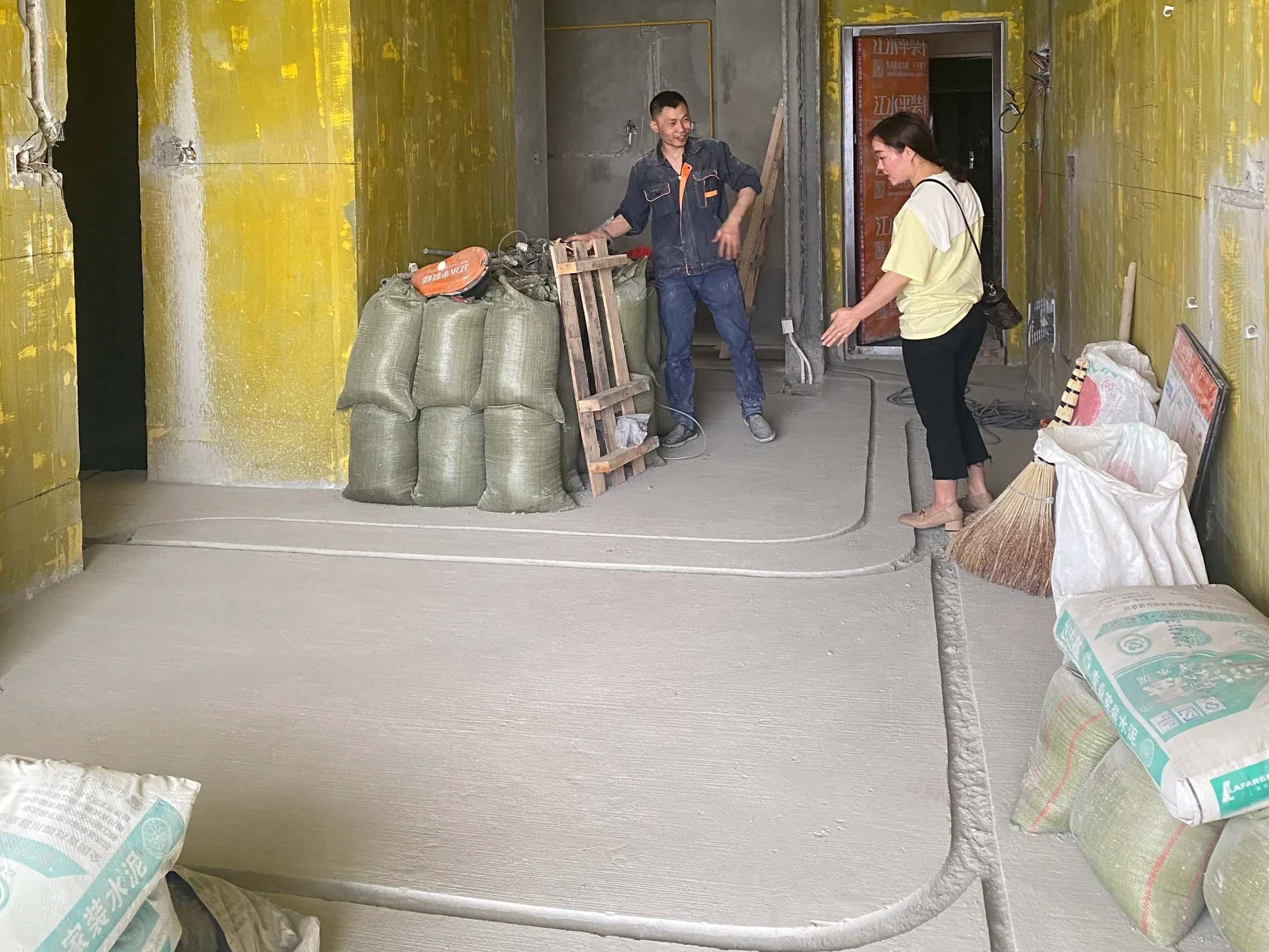 成都装修工地首钢蓉城里,水电开槽施工中