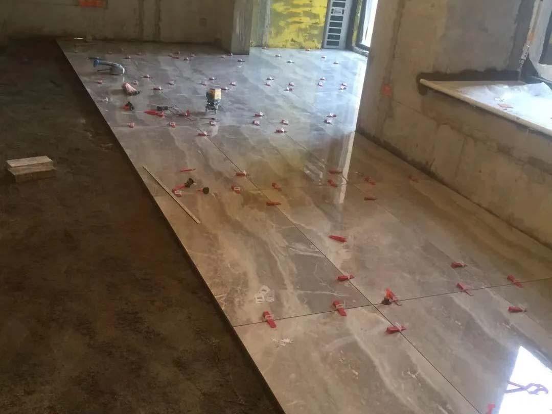成都装修工地佳兆业悦府,客厅卧室地砖施工现场